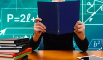 Учитель с дневником